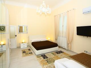 CENTRAL STYLISH APARTMENT + WIFI + SAFE PARKING, Bari