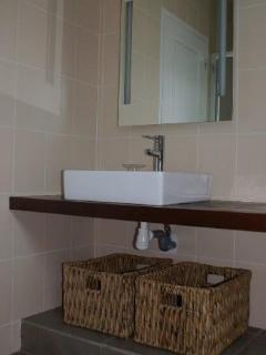 Salle de bain avec douche et WC  / Bathroom with shower and WC