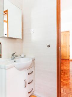 An easy accessible modern bathroom with a large shower cubicle