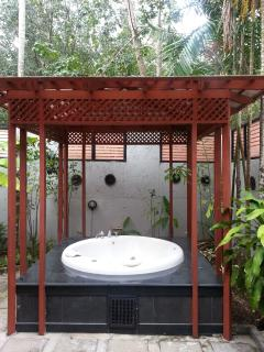 outdoor jacuzzi at master room