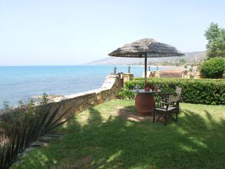 SEA FRONT 6 bedroom Villa, Amazing Garden  Privacy