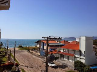 Quarto e Sala de Alto Padrão e Vista para o mar de Canasvieiras a 50 m da praia.