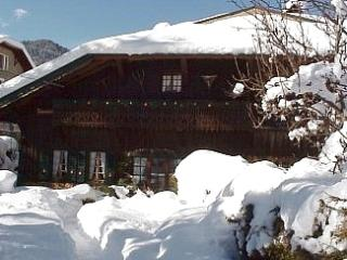 Chalet La Credence with outdoor Hot Tub - Ski Bus stope outside the chalet