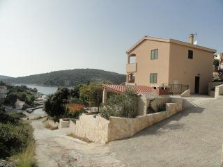 Charming holiday house, 30 meters from sea, Sevid