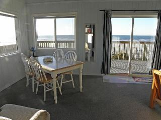 The dining area has a panoramic beach view.