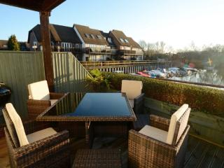 Luxury Marina Modern Holiday Home, WiFi near Beaches, Shops, Restaurants & Golf