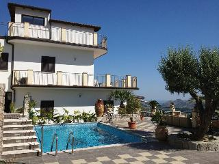 Taormina-Alcantara Valley-Apartment in Villa, Graniti