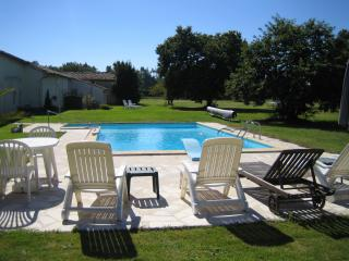 Beautiful Charente Stone Cottage in 4 acre grounds, Saint Sigismond de Clermont