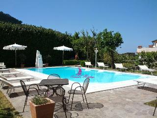 T317 - Sorrento centre with pool and garden