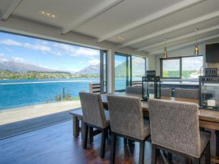 The Lakehouse - Absolute Lakefront, Queenstown