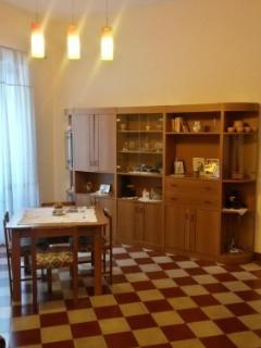 BB1: salotto con tavolo, arredamenti, divano, TV, libri da lettura
