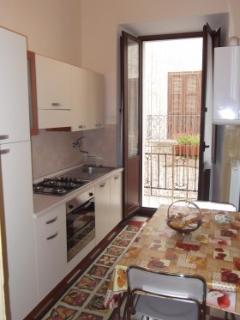 BB1: cucina attrezzata di ogni accessorio. Piatti, bicchieri, stoviglie, posate, forno, gas, lavabo.