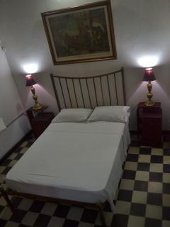Cama antigua ubicada en la habitacion principal.
