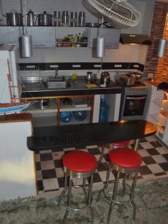 La cocina es destapada, y bien equipada, ideal para tomar el desayuno al aire libre