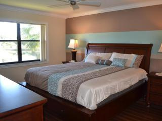 Elegant 2BA/2BR Condo. Mins from IMG/Beaches/Shops