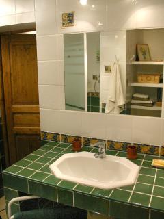 La douche est vaste, 1,2 x 1,2 m. Les serviettes sont fournies