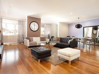 Enjoybcn Coliseum Apartments- 300m2 for groups., Barcelona