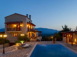 Villa Petramithia, Plaka