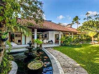 Cozy 3 Bedroom Villa with Big Garden- Close to Eat Street & Beach, Seminyak