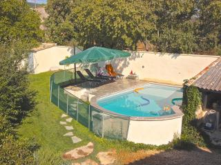 La piscine du Mas Philia est sécurisée par une barrière aux normes. Les 2 jardins sont clôturés