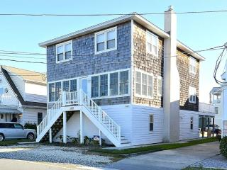 5 bedroom beach home with enclosed screen porch - 1/2 block to the beach, Bethany Beach