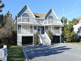 Beautiful 5 bedroom beach house with porch and hot tub!, Cedar Neck