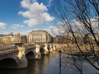 Louvre River View - Charming ile de la Cite 1 bedroom apartment, Paris