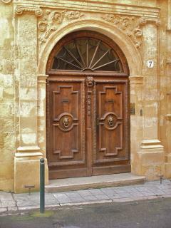 la porte d'entrée de l'hôtel particulier