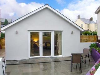 ERDDIG BACH, single-storey detached cottage, close to walks and beach, Llanbedrog Ref 911928