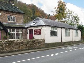 THE STABLES, all ground floor, en-suite bedrooms, parking, in Cromford, Ref 917719