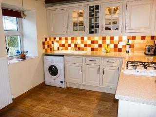 B'S COTTAGE, terraced, woodburning stove, WiFi, patio, in Cark, Ref 919642