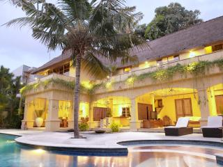 Bali Banyan Estate Luxury 6 Bedroom Villa. Perfect for Family and Functions, Seminyak