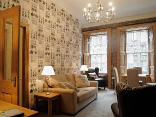 Top of Royal Mile, 1st floor, luxurious 2 bedroom, Edimburgo