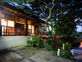 Beautiful 4 bedroom home! surf, sun, RELAAAAX!!!.