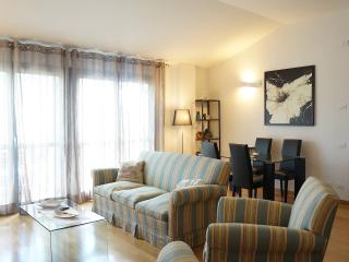 Bright and spacious living room with sitting area. Access to the terrace.