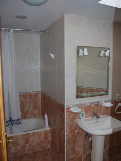 baño completo con bañera en planta superior vista 1