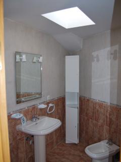 baño completo con bañera en planta superior vista 2