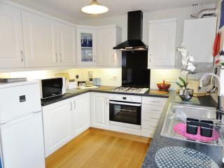 Lovely, modern fitted kitchen[new 2015], dishwasher, washer/dryer, microwave oven, overlooking patio