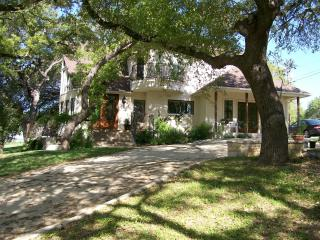 Ramsay House B&B - hot tub, river, bbq grills, Wimberley