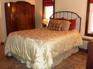 Bella Paradiso #1, Queen 1 bedroom with Sleeper Sofa, BEST VALUE DOWNTOWN EUREKA, Eureka Springs