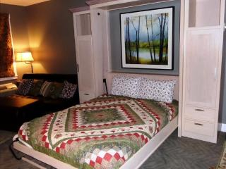 Bella Paradiso Condo 14 - Queen Studio with Kitchenette - Walk to Downtown, Eureka Springs