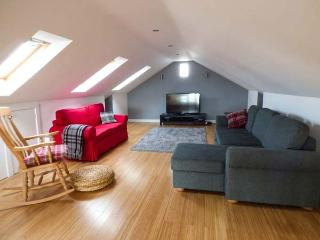 ASH TREE BARN, cosy, romantic base, great walking base, WiFi and Netflix, near