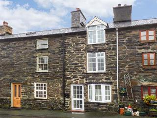 KETTLE COTTAGE mountain views, WiFi, pet-friendly cottage in Dinas Mawwdwy