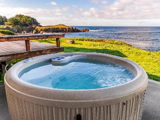Waterfront home with spectacular view plus private hot tub, Fort Bragg
