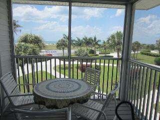 Relaxing 2nd floor 2 Bedroom Villa near the pool with a Gulf view, B3323B