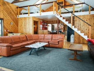 Large, dog-friendly home w/ private hot tub - perfect for retreats or reunions