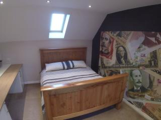 Large 3rd Floor Loft King Room in North Swindon