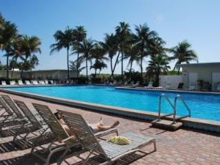 MIAMI BEACHFRONT CONDO + PARKING + POOL+WIFI #1030, Miami Beach