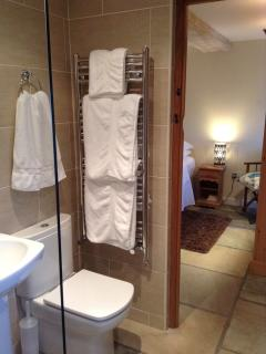 Fully tiled Master ensuite with gorgeous soft white fluffy towels!