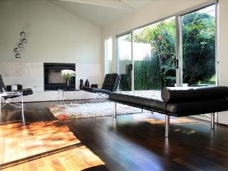 Venice Place - Private Modernist Guest House, 100% Solar. Steps to Rose Avenue and Whole Foods., Los Ángeles